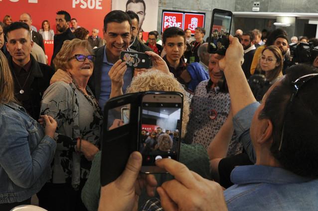 El secretario general del PSOE, Pedro Sánchez, participa en una comida-mitin en Ourense