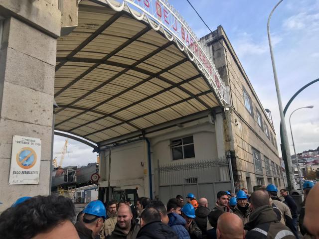 Trabajadores a las puertas del astillero vigués Hijos de J. Barreras