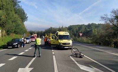 Un hombre resulta gravemente herido tras ser arrollado una furgoneta mientras conducía su bicibleta