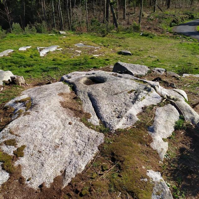Retiran el banco del petriglifo del Monte San Lois, en Noia