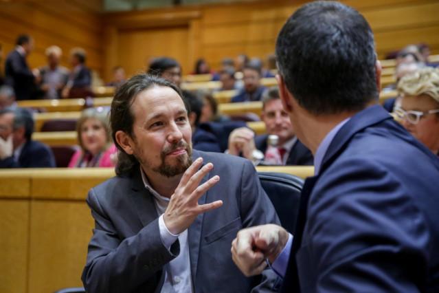 El vicepresidente del Gobierno, Pablo Iglesias (i), junto al presidente del Gobierno, Pedro Sánchez (d), durante la segunda sesión de control de esta legislatura para responder a la oposición celebrada en el Senado, en Madrid, a 25 de febrero de 2020.