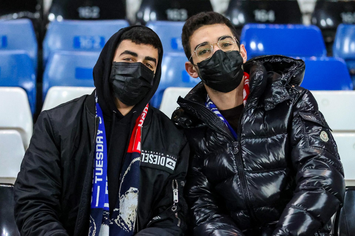 EuropaPress 2689454 two chelsea fans with face masks coronavirus during the fa cup match