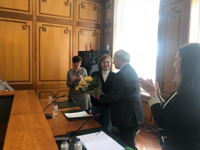El alcalde de Monforte, José Tomé Roca, le entrega un ramo de flores a la doctora de la USC que investigó la historia de Consuelo Alonso, María Jesús Souto Blanco, en un acto de homenaje a la mujer represaliada este Sábado en la ciudad lucense.
