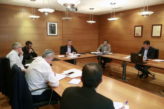 El vicepresidente de la Xunta, Alfonso Rueda, y el presidente de la Fegamp, Alberto Varela, participan en el Centro de Coordinación Operativa (Cecop) por la situación de alerta sanitaria.