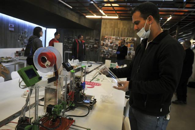 Visita al centro digital La Molinera, que está fabricando mascarillas con impresoras 3D durante el estado de alarma decretado en el país a consecuencia del coronavirus en Ourense (Galicia), a 27 de marzo de 2020.