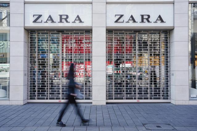 FILED - 18 March 2020, Baden-Wuerttemberg, Mannheim: A pedestrian walks past a closed Zara branch amid rising fears of the Coronavirus outbreak
