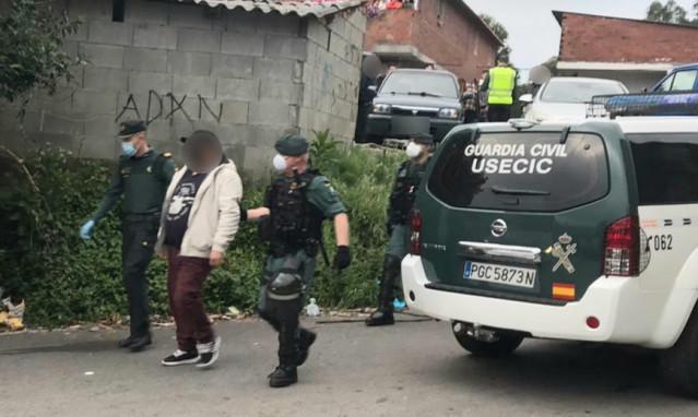 Operativo de la Guardia Civil para la detención de los responsables de un ataque a agentes de la Policía Local de Poio (Pontevedra) en el poblado de O Vao de Arriba.