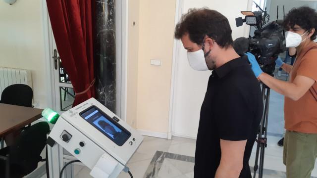 Un hombre utiliza el lector de rostros desarrollado durante la presentación