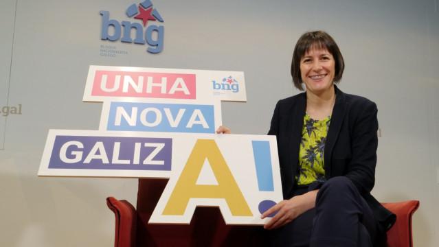 La portavoz nacional del BNG, Ana Pontón, posa con el lema de campaña para las elecciones del 12 de julio