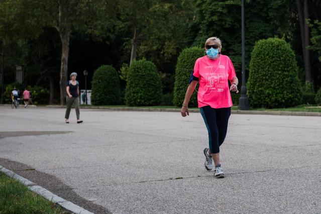 Una mujer hace deporte