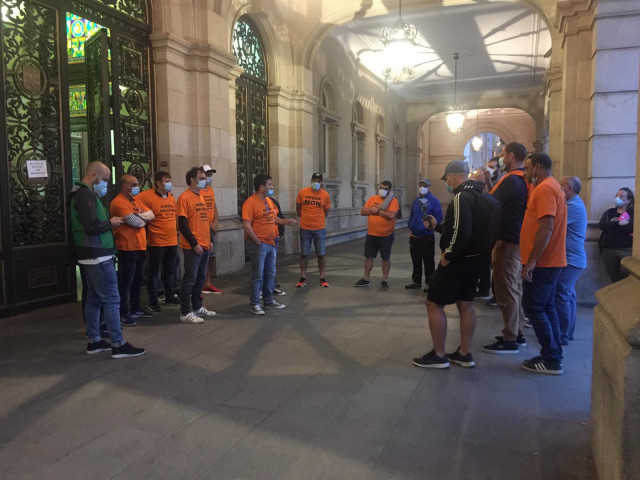 Trabajadores de Alu Ibérica al término de su encierro en el Ayuntamiento de A Coruña