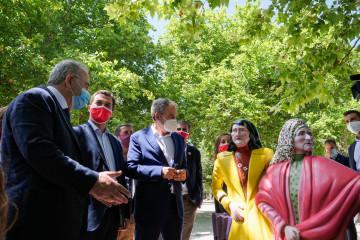 El expresidente del Gobierno José Luis Rodríguez Zapatero (mascarilla blanca), y el candidato del PSdeG a la presidencia de la Xunta de Galicia, Gonzalo Caballero (mascarilla roja), observan varias