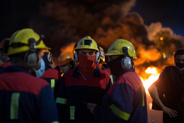 Manifestantes durante una concentración nocturna convocada por el comité de Alcoa San Cibrao, en el entorno de la fábrica de San Cibrao, cortan el acceso a la fábrica en Lugo, Galicia (España), a 30 de junio