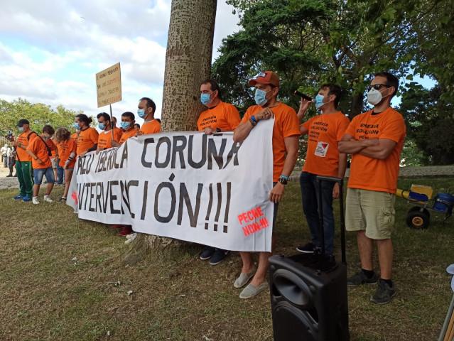 Los trabajadores de Alu Ibérica llevan sus protestas al mitin de Feijóo en A Coruña.