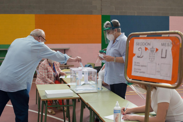 Votación de las elecciones autonómicas de Galicia, en Burela (Lugo).