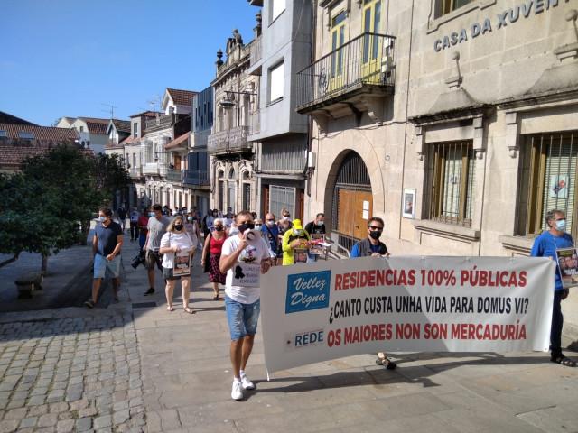 Medio centenar de personas marchan por el centro de Cangas (Pontevedra) para pedir