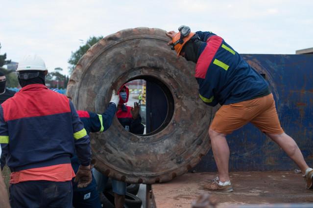Manifestantes durante una concentración nocturna convocada por el comité de Alcoa San Cibrao, en el entorno de la fábrica de San Cibrao, cortan el acceso a la fábrica con ruedas de tractor en Lugo, Galicia (España), a 30 de junio.