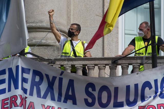 Algunos de los 12  trabajadores de Alcoa que se han encadenado al balcón del edificio de la Subdelegación del Gobierno en Lugo como protesta por la falta de soluciones y para reclamar la reunión con el secretario general de Industria, en Lugo, Galicia (Es
