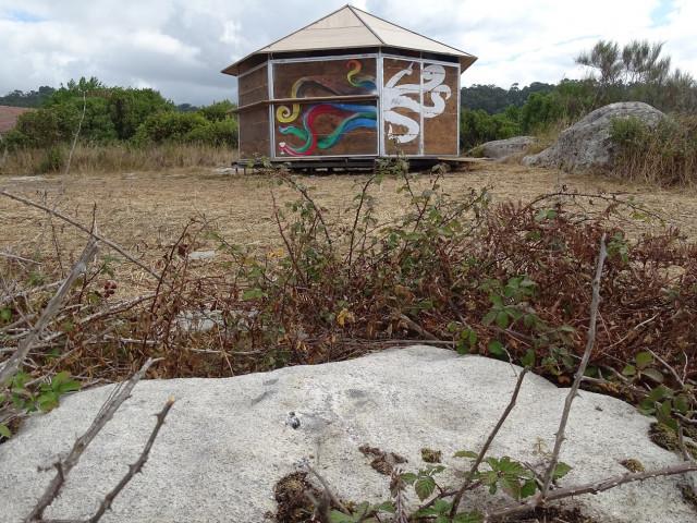 Denuncian la instalación de un chiringuito en un castro en Cangas