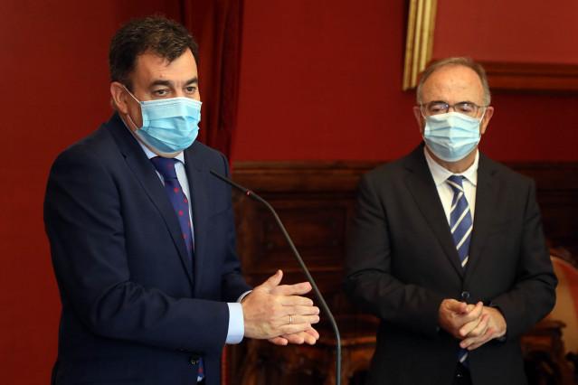 El titular de Cultura, Román Rodríguez, y el alcalde de Santiago, Xosé Sánchez Bugallo.