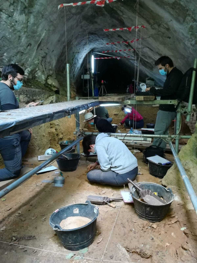 Excavaciones en Cova Eirós, en Triacastela.