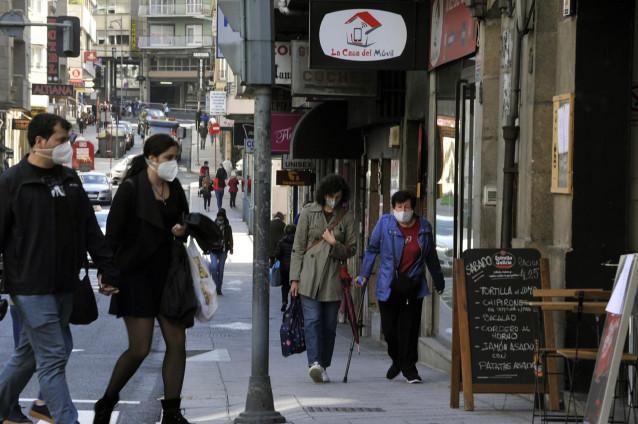 Vecinos de Ourense caminan por una de las calles del barrio de O Couto el mismo día en el que han prohibido las reuniones entre no convivientes ante el aumento de contagios de Covid-19.