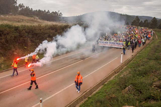 Marcha de estudiantes de secundaria en defensa de la fábrica de aluminio Alcoa en San Cibrao, Lugo, a 11 de octubre de 2020.