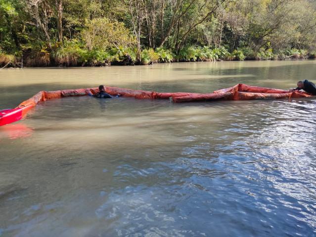 Instalación de barreras en el río Eume, donde vertidos han obligado a prohibir el consumo de agua en Pontedeume.