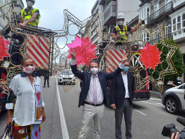 El alcalde de Vigo, Abel Caballero, y la presidenta de la Diputación y edila viguesa, Carmela Silva, junto al concejal Ángel Rivas, en el acto de inicio de colocación del alumbrado navideño, el 19 de agosto de 2020.