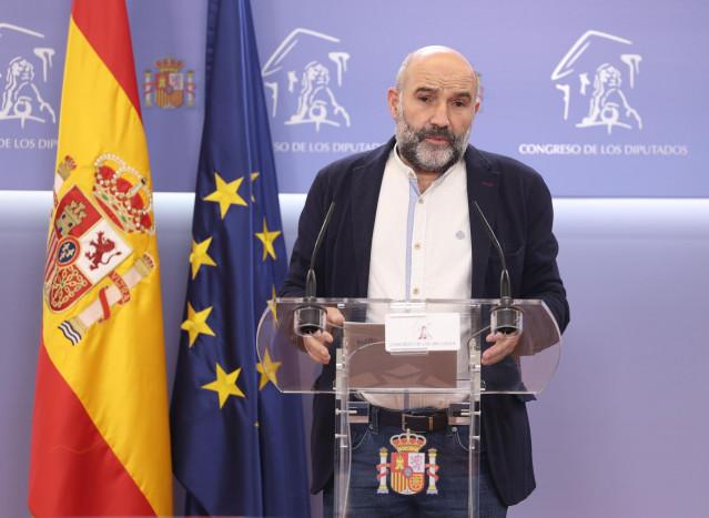 El portavoz del BNG en el Congreso, Néstor Rego, interviene durante la rueda de prensa posterior a la Junta de Portavoces celebrada en el Congreso de los Diputados, en Madrid, (España), a 20 de octubre de 2020.