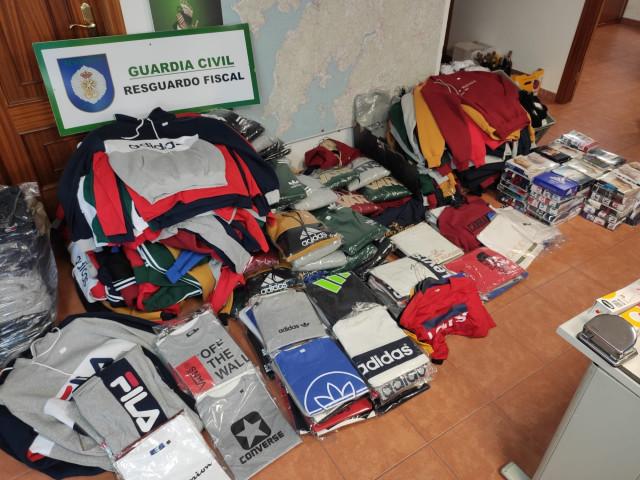 Prendas falsificadas intervenidas en un furgón en Noia (A Coruña).