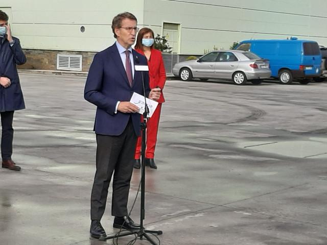 El presidente de la Xunta, Alberto Núñez Feijóo, hace declaraciones tras visitar una empresa en Lugo.