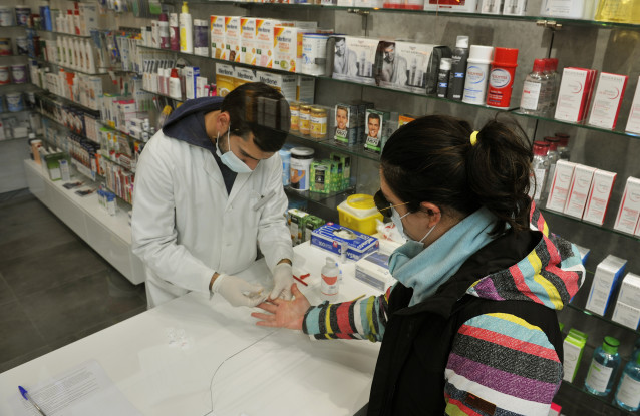 Un farmacéutico realiza una prueba serológica de Covid-19 en la Farmacia Mónica Muradas, en O Carballiño, Ourense, Galicia (España), a 22 de octubre de 2020. El comité clínico de la Consellería de Sanidade ha decidido mantener el nivel 3 en los ayuntamien