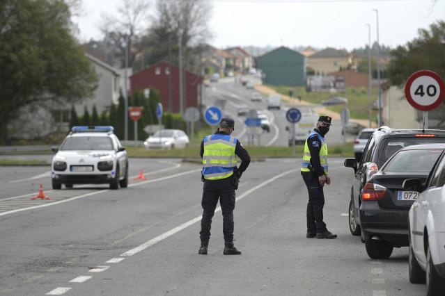 Control de policía en una carretera de Bergantiños el día de la entrada en vigor de nuevas medidas y del cierre perimetral del municipio debido a la crisis del Covid-19, en Bergantiños, A Coruña, Galicia, (España), a 14 de noviembre de 2020. Este y otros