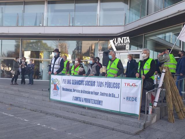 Concentración en protesta por la situación de las residencias de mayores, convocada por TREGA, MODEPEN y la plataforma REDE, de familiares de usuarios de centros geriátricos, ante la delegación territorial de la Xunta en Vigo.