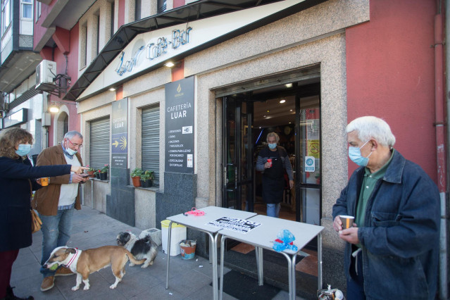Un establecimiento sirve cafés para llevar el mismo día de la entrada en vigor de nuevas restricciones impuestas por la crisis del Covid-19 en el municipio de Vilalba, Lugo.