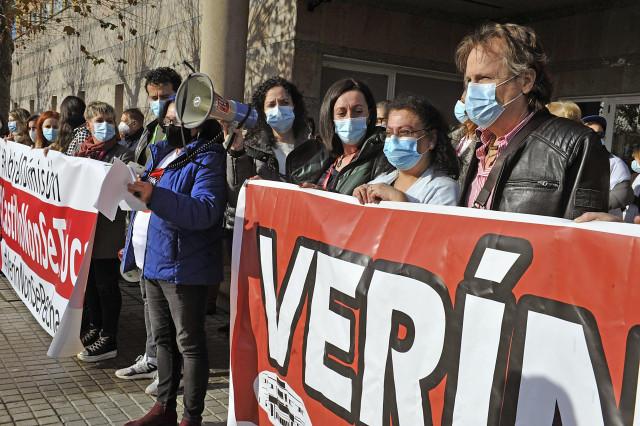 Varias personas se manifiestan delante del Hospital de Verín para apoyar al jefe de Ginecología, Javier Castrillo.