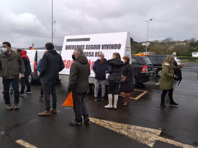 Políticos, representantes sindicales y mariscadores antes de emprender la marcha