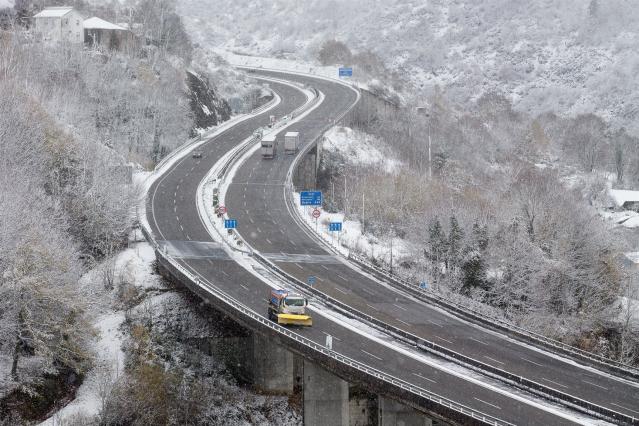 Vista de la A6 en Doncos, en Lugo, Galicia (España), a 4 de diciembre de 2020. Hoy se ha producido la primera gran nevada del otoño en la montaña lucense. La intensa nevada que está cayendo sobre el centro de la provincia de Lugo está provocando problemas
