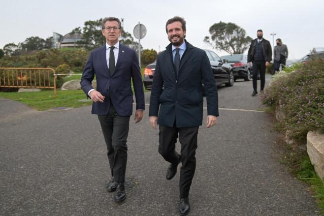 El presidente del Partido Popular, Pablo Casado (i) y el presidente de la Xunta de Galicia, Alberto Núñez Feijóo, durante un paseo por el Monte de San Pedro, en A Coruña, Galicia (España).