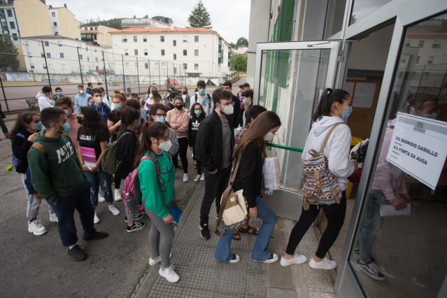Estudiantes de bachillerato entran por la puerta del IES Vilar Ponte para realizar los exámenes Selectividad o Pruebas de Acceso a la Universidad –PAU o ABAU- en Viveiro, Lugo, Galicia (España), a 7 de julio de 2020. Las pruebas de selectividad se han man