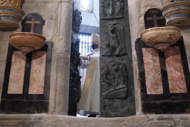 El Arzobispo De Santiago, don Julián Barrio, durante el acto solemne de apertura de la Puerta Santa de la Catedral de Santiago