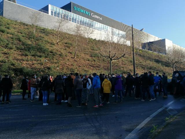 Asamblea de los trabajadores de Siemens Gamesa en As Somozas a la puerta de la fábrica