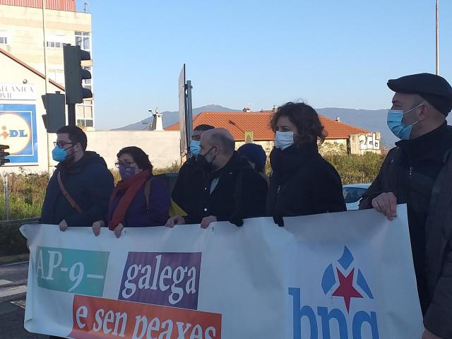 El diputado del BNG, Néstor Rego, con diputadas autonómicas y portavoces municipales nacionalistas,  ante los accesos de la autopista AP-9 en la Avenida de Buenos Aires, en Vigo.