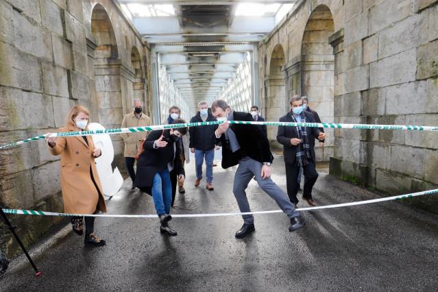 Alcaldes de la 'raia' del Miño protestan en el puente 'viejo' que une Tui (Pontevedra) y Valença (Portugal), y piden abrir los pasos fronterizos, tras el segundo cierre decretado para contener el COVID, y que entró en vigor a final de enero de 2021.