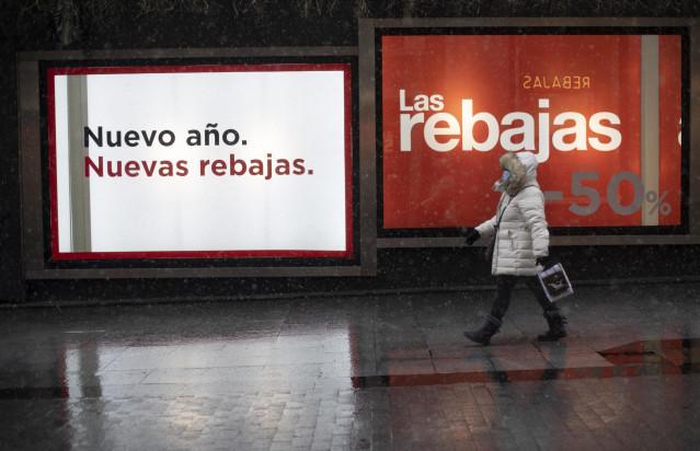 Un escaparate en una tienda anuncia el inicio de las conocidas como rebajas de enero. Foto de archivo.