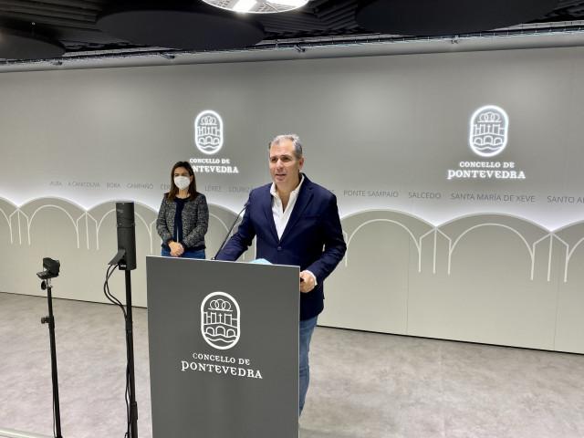 El portavoz del grupo municipal del Partido Popular de Pontevedra, Rafa Domínguez, en rueda de prensa.