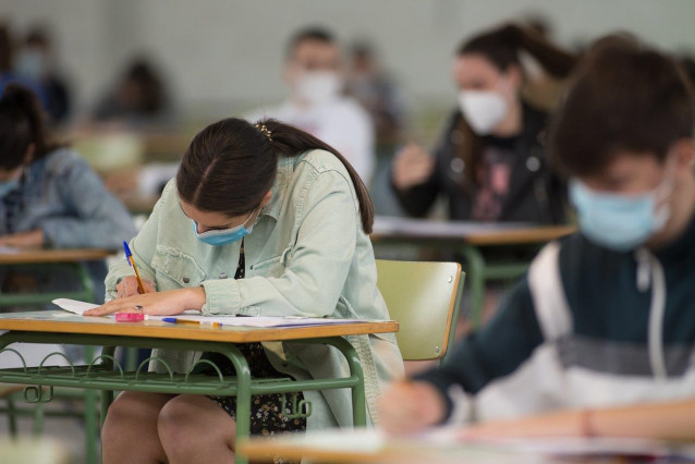 Archivo - Estudiantes de bachillerato realizan los exámenes de Selectividad en Viveiro (Lugo)