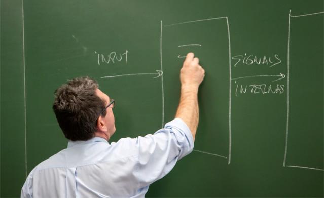 Archivo - Un profesor dando clase en la UPNA.