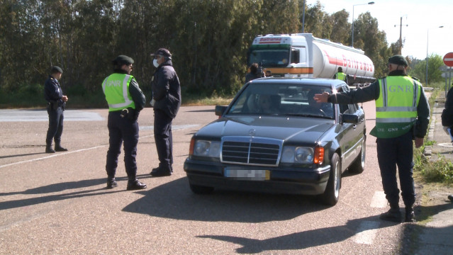Archivo - Efectivos de la Guardia Nacional Republicana (GNR) de Portugal realizan controles en la frontera con Portugal en Caya (Bajadoz) el primer día en el que España ha restablecido los controles de fronteras terrestres hasta el fin del estado de alarm